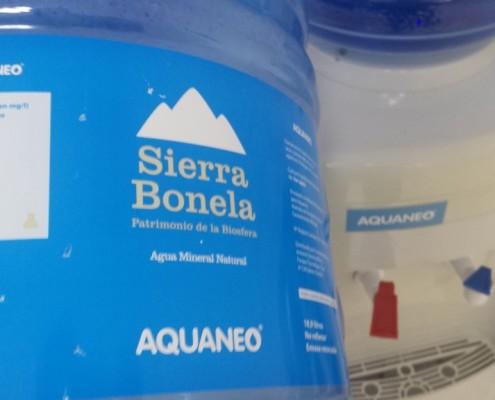 Etiqueta en las botellas de agua